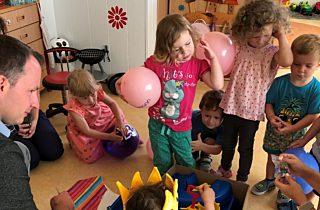 Die Kinder packen Ihr Geschenk aus