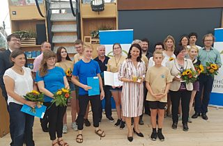 Die Schüler aus Geraberg nehmen den Preis entgegen.