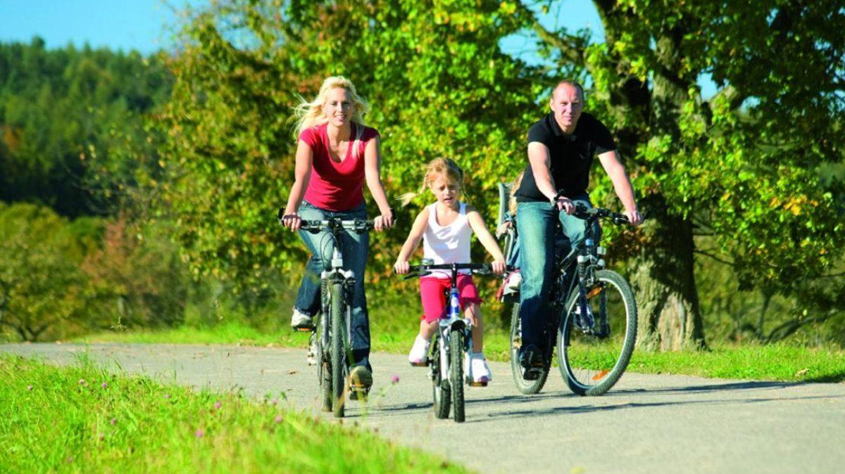 Familie Auf Fahrraedern Jpg