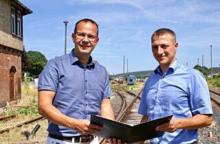 Martin Henkel und Martin Müller auf dem Bahnhofsgelände Vacha