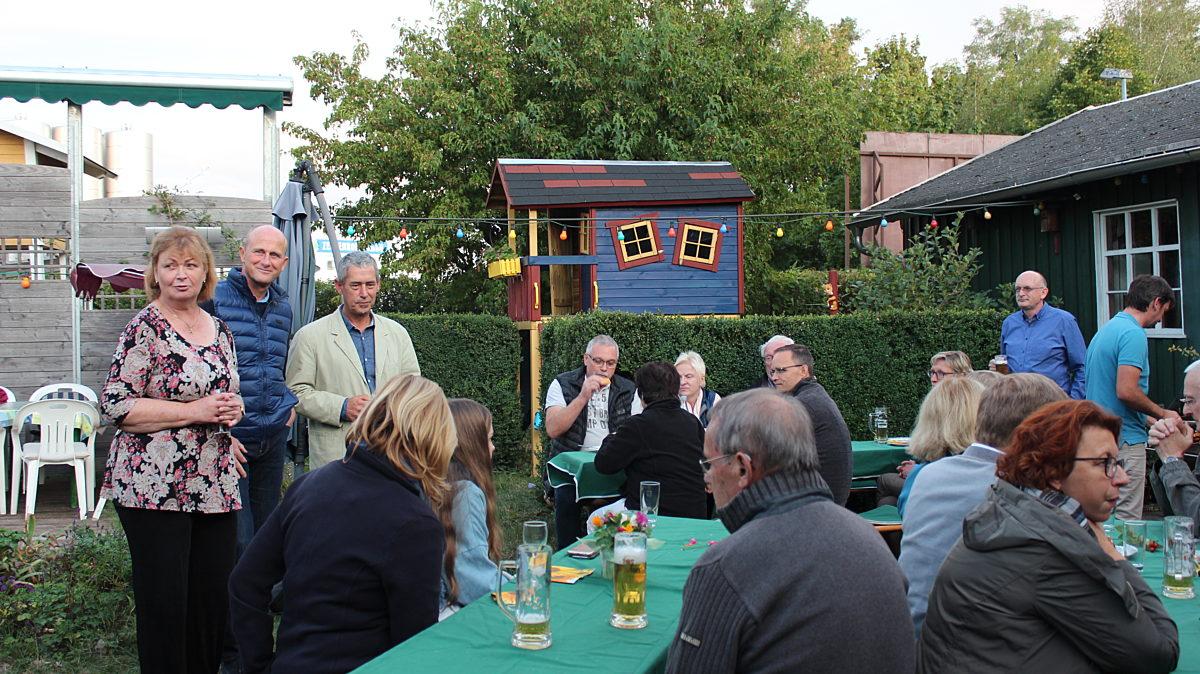 Volker Emde mit Martina Schweinsburg und dem Triebeser Ortsteilbürgermeister Axel Wagner (r.)