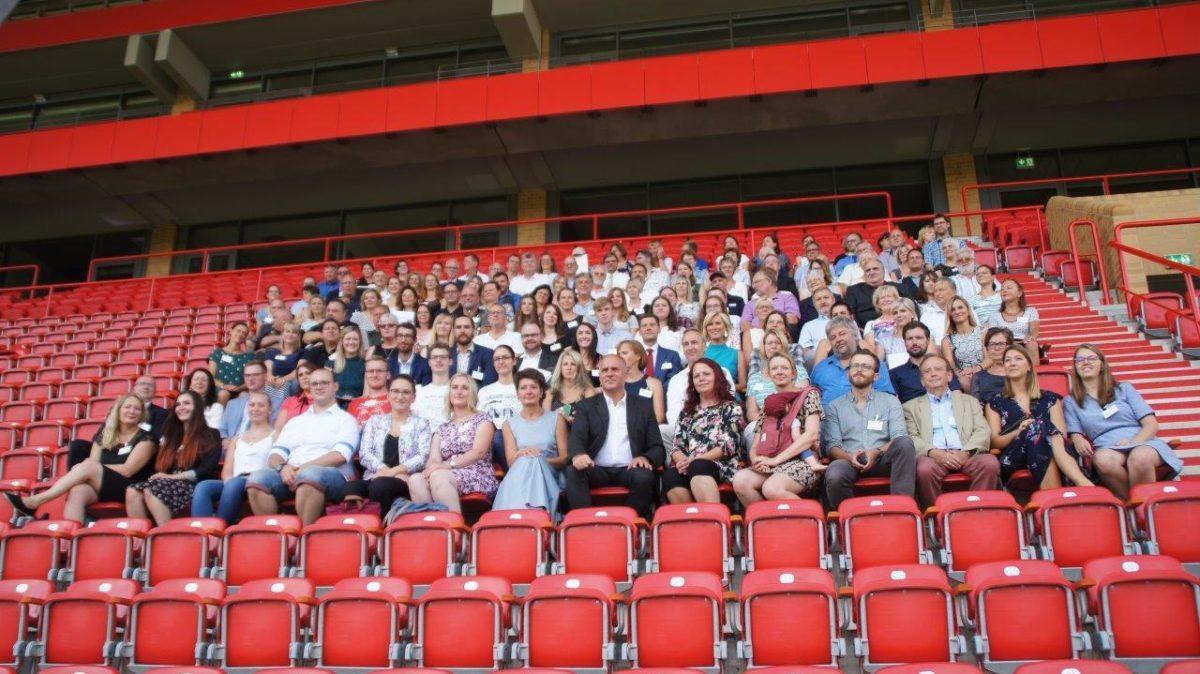 großes Gruppenbild im Stadion
