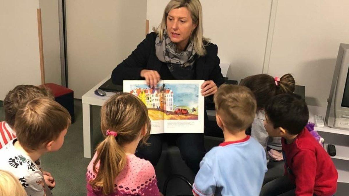 """Gespannt lauschen die Kinder des Gothaer Fröbel-Kindergartens der Geschichte """"Käpt'n Sharky und das Seeungeheuer"""""""