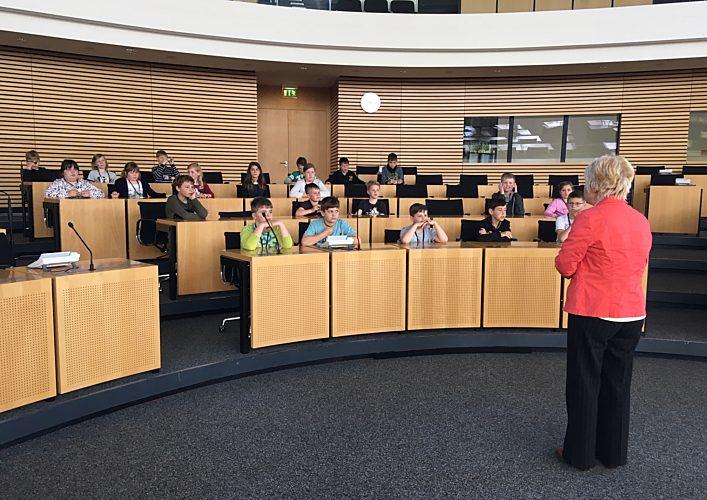 Simone Schulze spricht vor den Schülern
