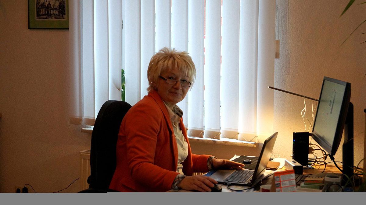 Simone Am Schreibtisch 1